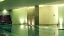 Kính màu ốp bể bơi