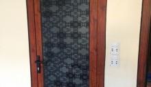 cửa nhôm vân gỗ kết hợp kính họa tiết 1