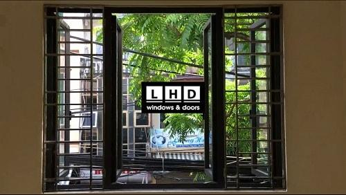 cửa sổ mở quay nhôm xingfa sử dụng bản lề góc