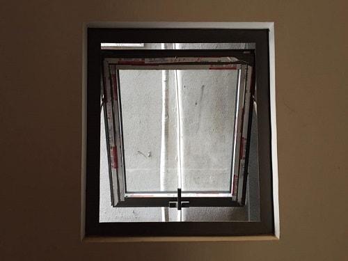 cửa sổ mở hất 1 cánh phòng tắm