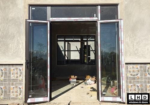 cửa đi mở quay 2 cánh vách kính xingfa