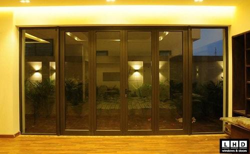 cửa đi mở quay 4 cánh vách kính nhôm xingfa