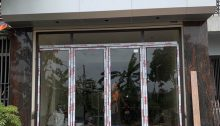 lắp cửa nhôm xingfa mở quay 4 cánh chính mặt tiền ra vào tại hoài đức