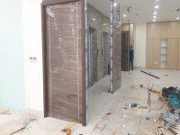 lắp đặt cửa gỗ huge duratek lineart tại nguyễn văn huyên hà nội